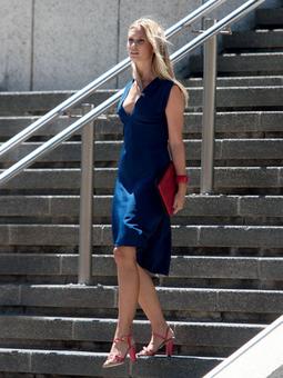 Платье с глубоким V-образным вырезом