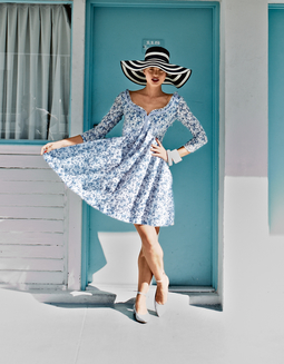 Платье с фигурным вырезом горловины