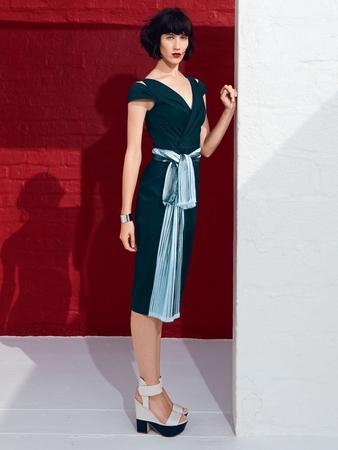 Платье с глубоким V-образным вырезом горловины