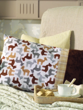 Диванная подушка, сумочка и косметичка