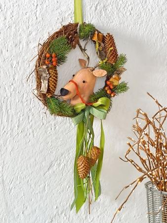 Декоративный венок из шишек