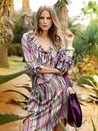 Платье с волнообразным вырезом горловины