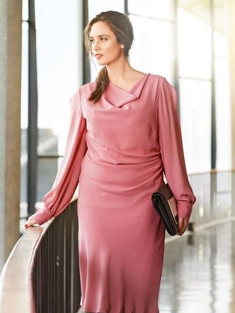 Платье с вырезом горловины «качели»
