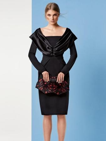 Платье с декольте и рукавами реглан