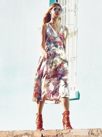 Платье расклешенное с V-образным вырезом