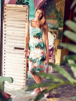 Платье с широким декольте