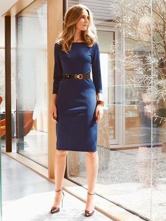 Платье-футляр с прямоугольным вырезом горловины