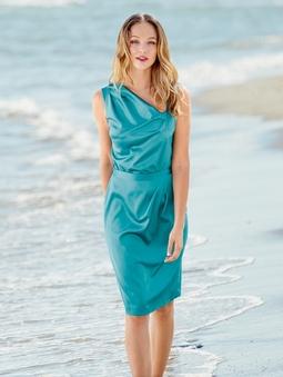 Платье с асимметричным вырезом горловины
