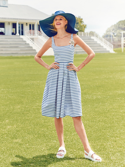 Платье с узким лифом и пышной юбкой