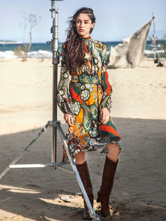 Платье с оригинальным воротником-стойкой