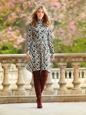 Платье с воротником-стойкой