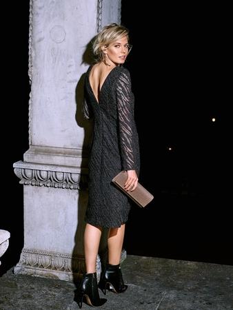 Платье с V-образным вырезом на спине