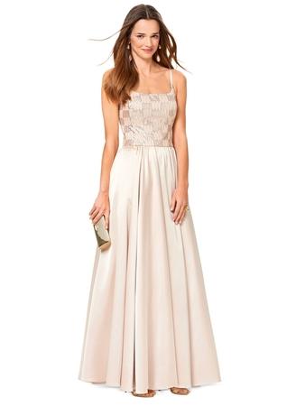 Вечернее платье с облегающим лифом