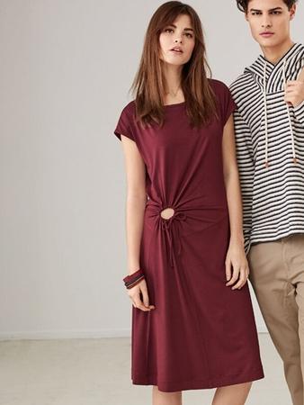 Платье с удлиненной линией плеч
