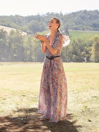 Платье с широкими воланами на лифе