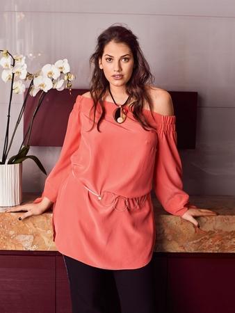 Прямая блузка с вырезом кармен
