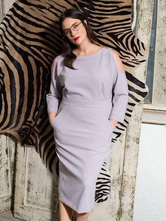 Платье с овальными вырезами на рукавах