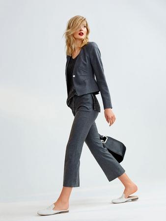 Укороченные брюки расклешенного силуэта