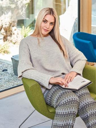 Пуловер с оборками на рукавах