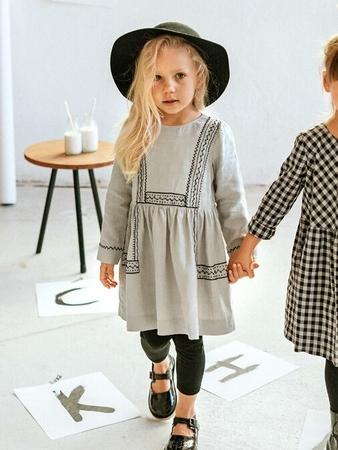 Платье с контрастной вышивкой