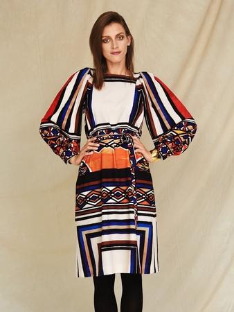 Платье с фигурными проймами