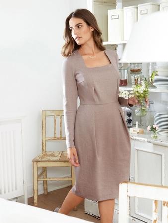 Платье-футляр с прямоугольным декольте