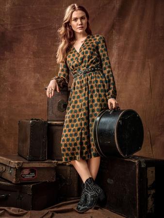 fa7621f6c4d Платье с глубоким V-образным вырезом - выкройка № 116 B из журнала 5 ...
