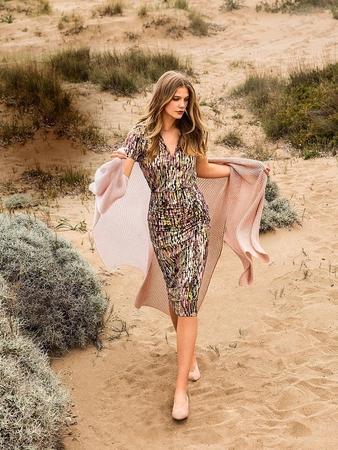 Облегающее платье с глубоким V-вырезом