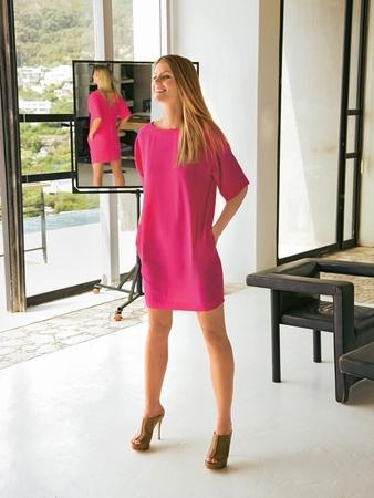 Мини-платье с глубоким декольте на спинке