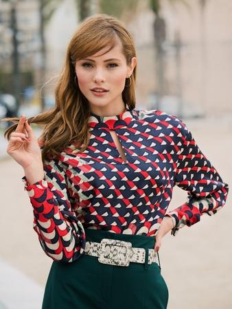 Блузка с вырезом-капелькой