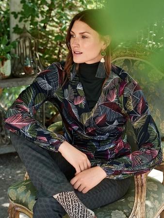 Пуловер с V-вырезом