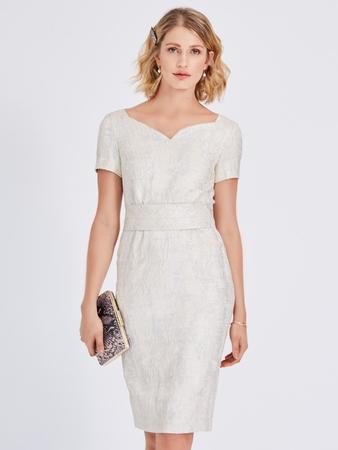Платье-футляр с вырезом «сердечко»