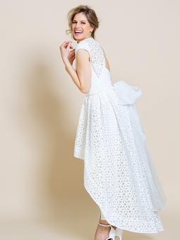 Свадебное платье с асимметричной юбкой