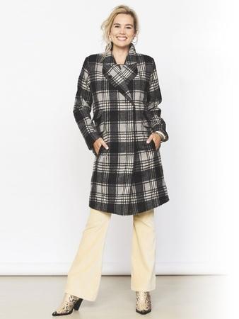 Прямое пальто с широким воротником