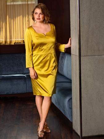 Платье-футляр с фигурным вырезом