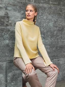 Пуловер с высоким воротом