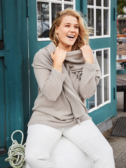 Пуловер с шарфом