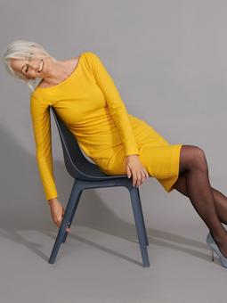 Платье с глубоким вырезом на спине