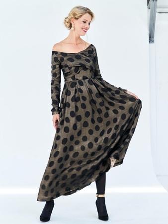 Платье с декольте и широкой юбкой