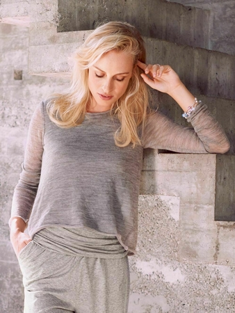 Пуловер с вырезом-качели на спинке