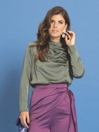 Блузка с асимметричной застежкой вид спереди