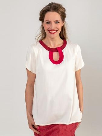 Блузка с вырезом под горловиной