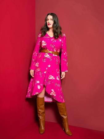 Модель платья с глубоким V-вырезом
