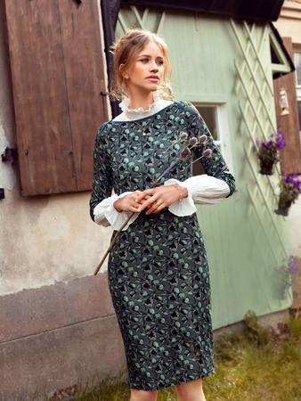 Модель платья с вырезом-лодочкой