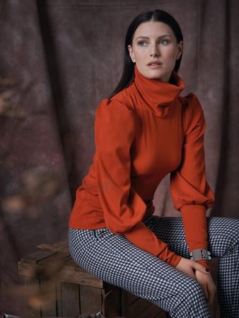 Модель пуловера с высоким воротником