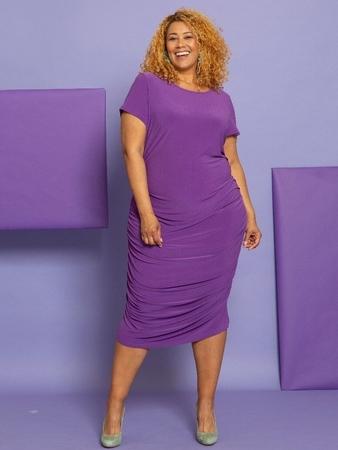 Платье-футболка со сборками на модели plus-size