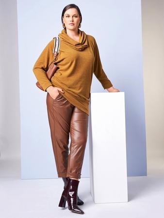 Модель пуловера с широким воротником