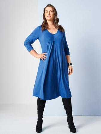Модель платья с овальным вырезом