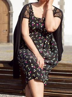Платье с кружевными рукавчиками