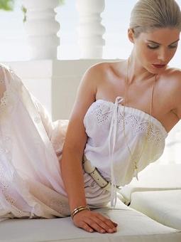 Платье с открытым декольте